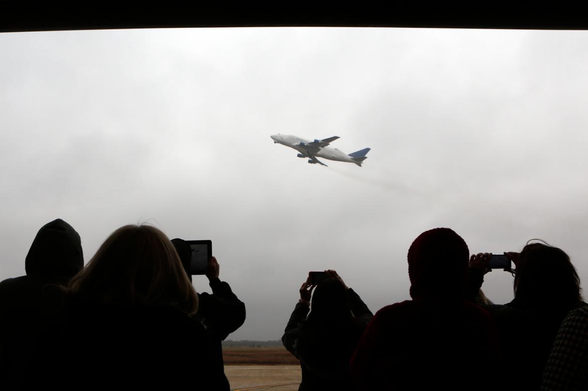 Dreamlifter odletá z letiště Jabara
