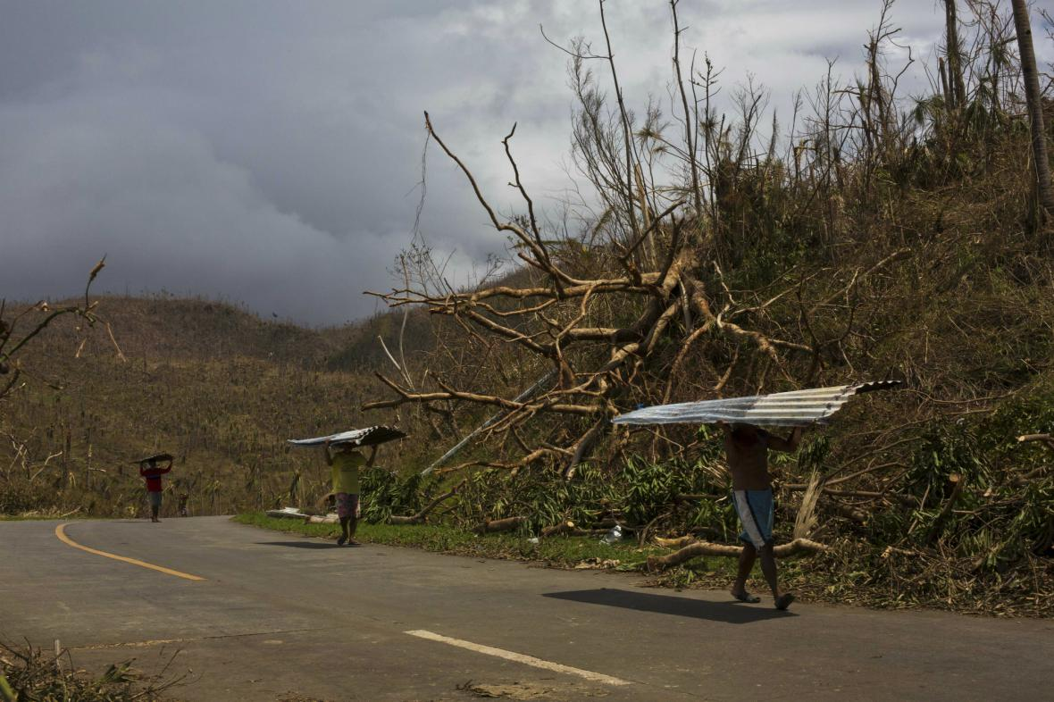 Obyvatelé vesnice Marabut hledají materiál na provizorní přístřešky