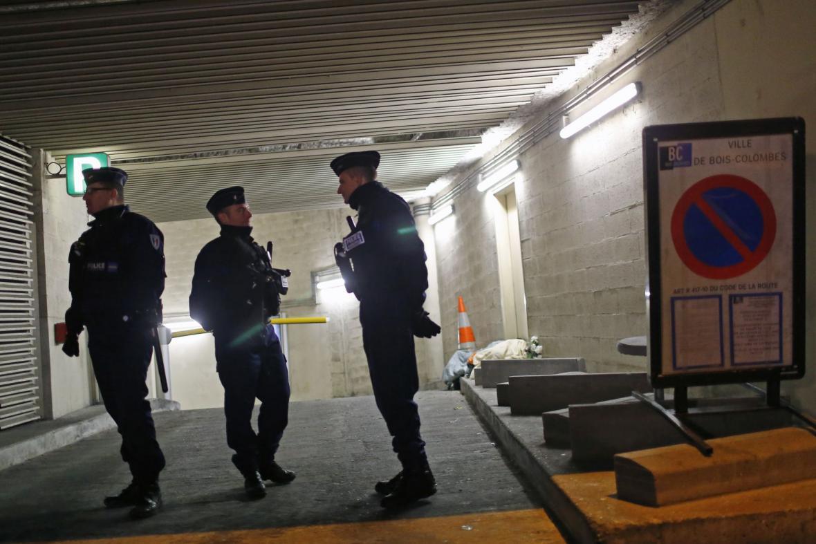 Policisté v místě zatčení pařížského střelce