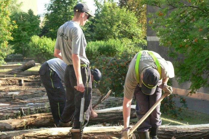 Do proměny hřiště v přírodní zahradu se zapojili místní i dobrovolní hasiči