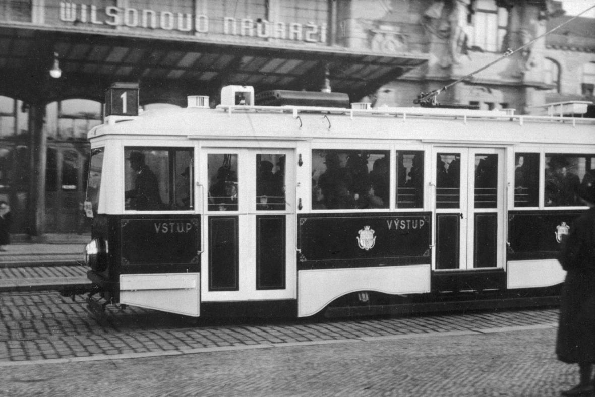 Tramvaj před Wilsonovým nádražím
