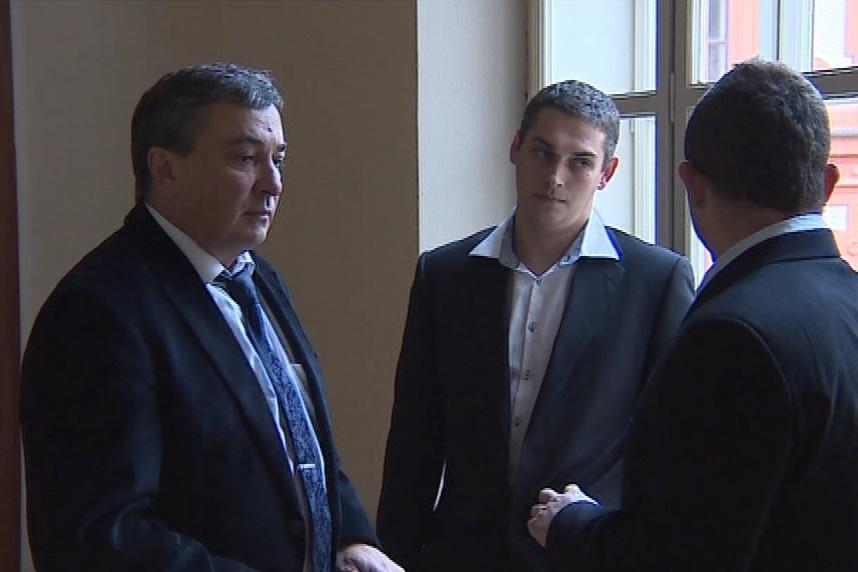 Obžalovaní muži se svým advokátem (vlevo)