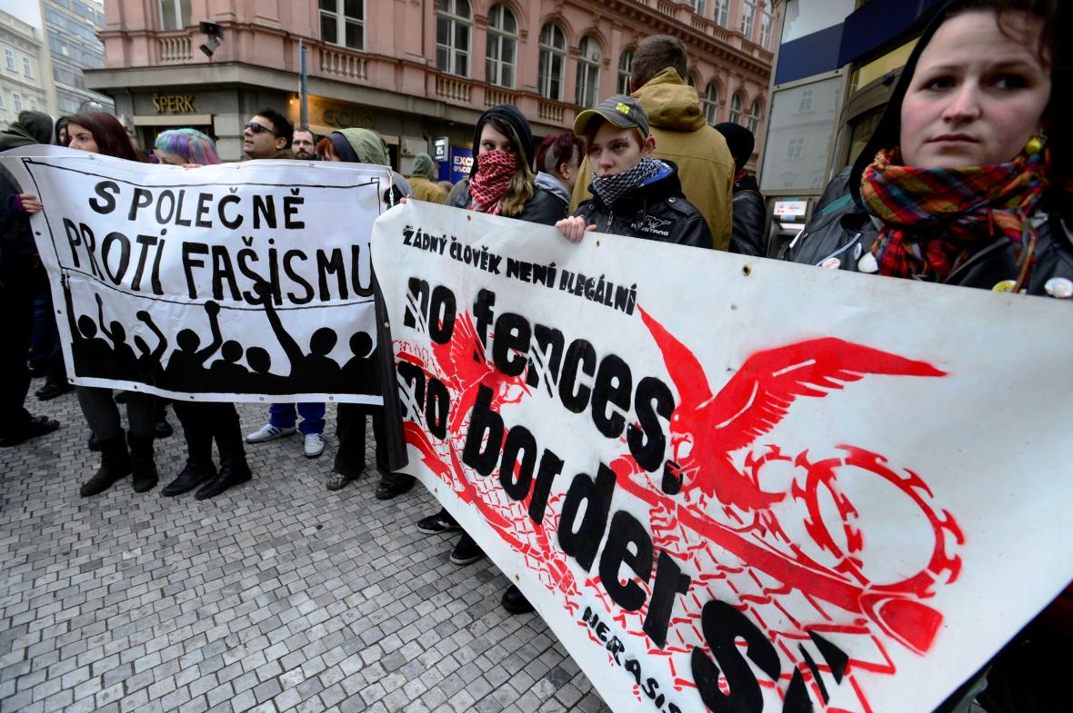 Demonstrace proti pochodu Dělnické mládeže