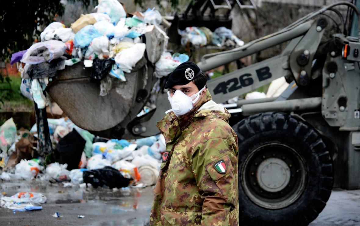 Neapol zavalená odpadky
