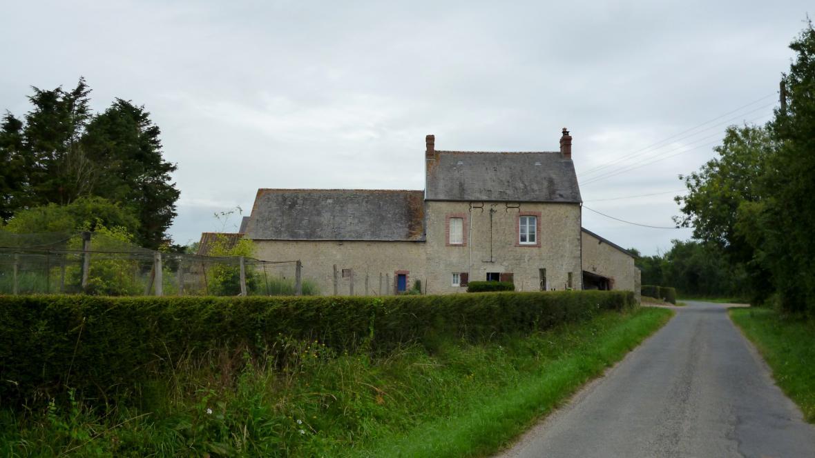 Úzké silnice a kamenná stavení - to je Normandie