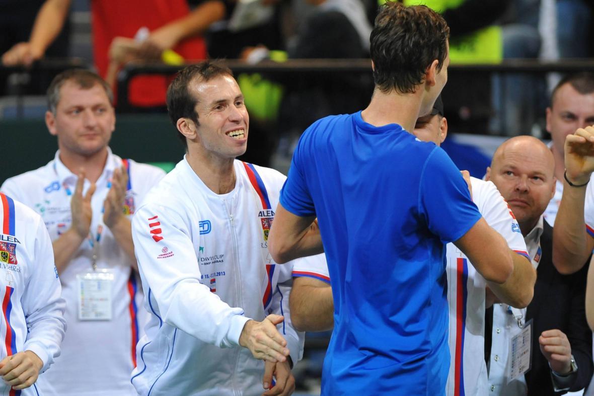 Berdych se Štěpánkem slaví vítězství ve čtyřhře