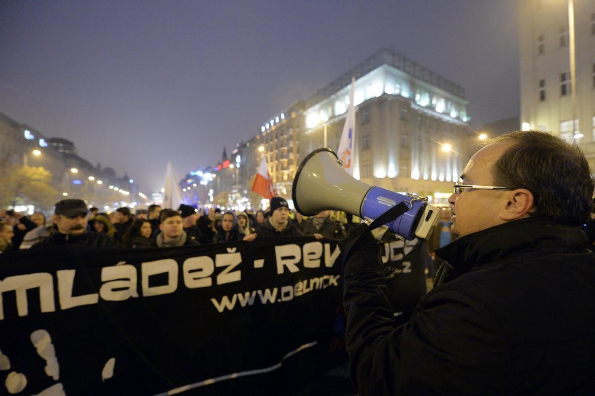 Pochod Dělnické mládeže během výročí 17. listopadu