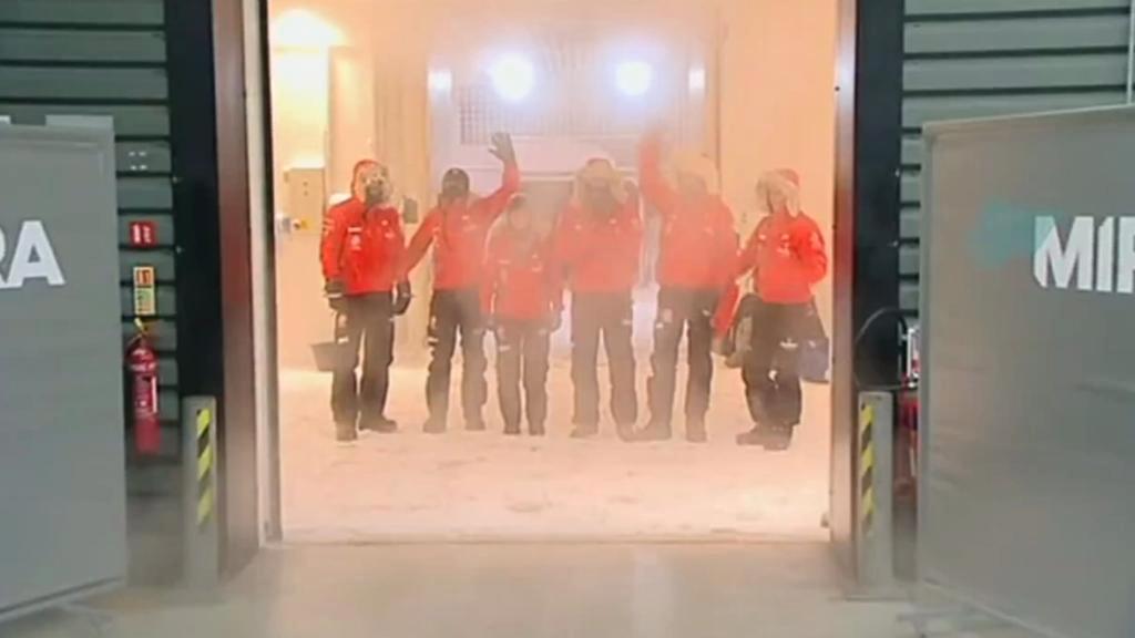Členové expedice tréninkově nocovali v mrazáku