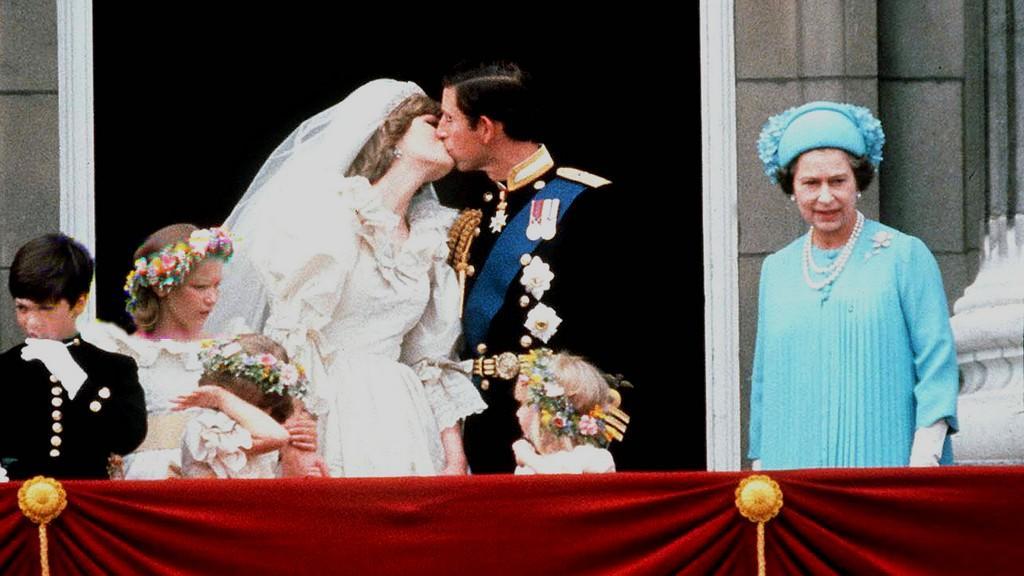 Princ Charles s Dianou a královna Alžběta II.