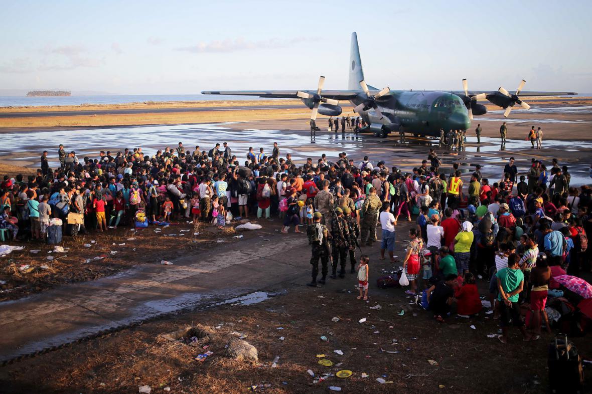Filipínci opouštějí Tacloban zasažený tajfunem