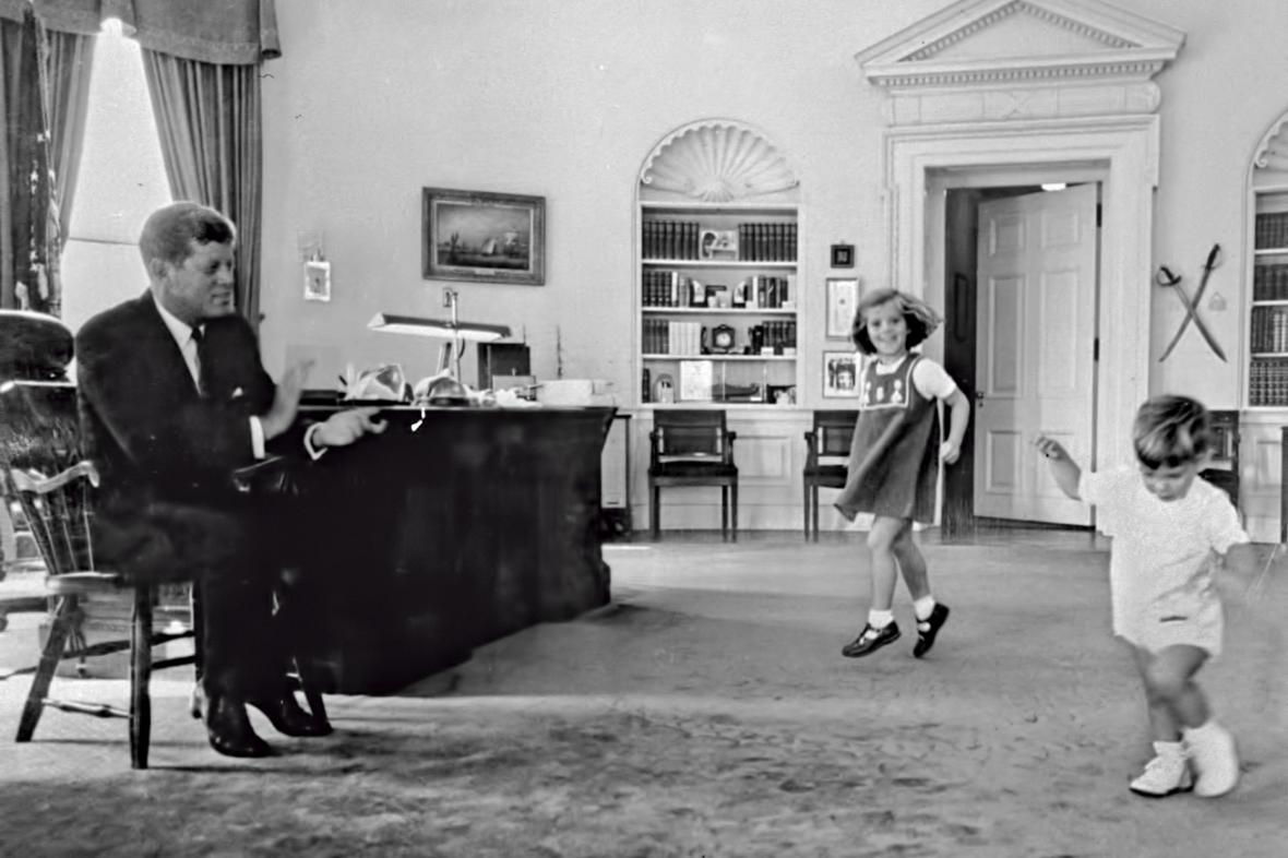 John F. Kennedy v Oválné pracovně s dcerou Caroline a synem Johnem