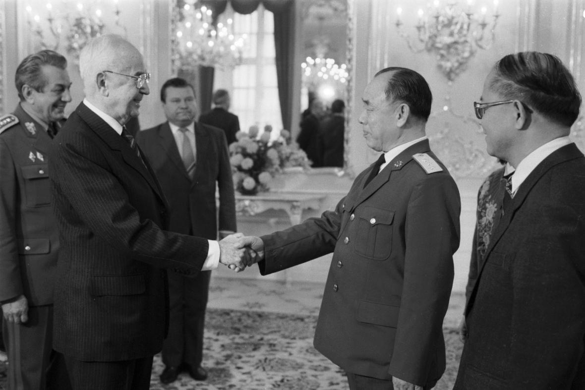 Gustáv Husák vítá čínskou delegaci