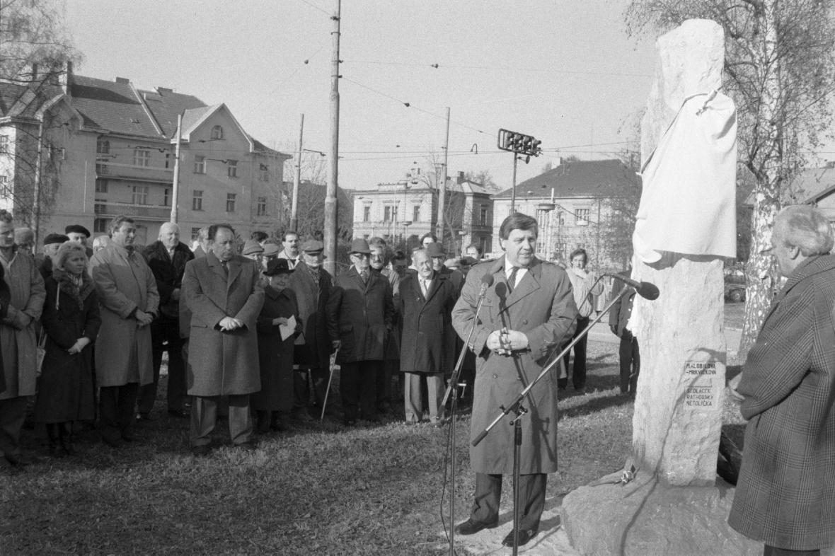 Miroslav Štěpán odhaluje pomník vysokoškoláků (17. listopadu 1989)