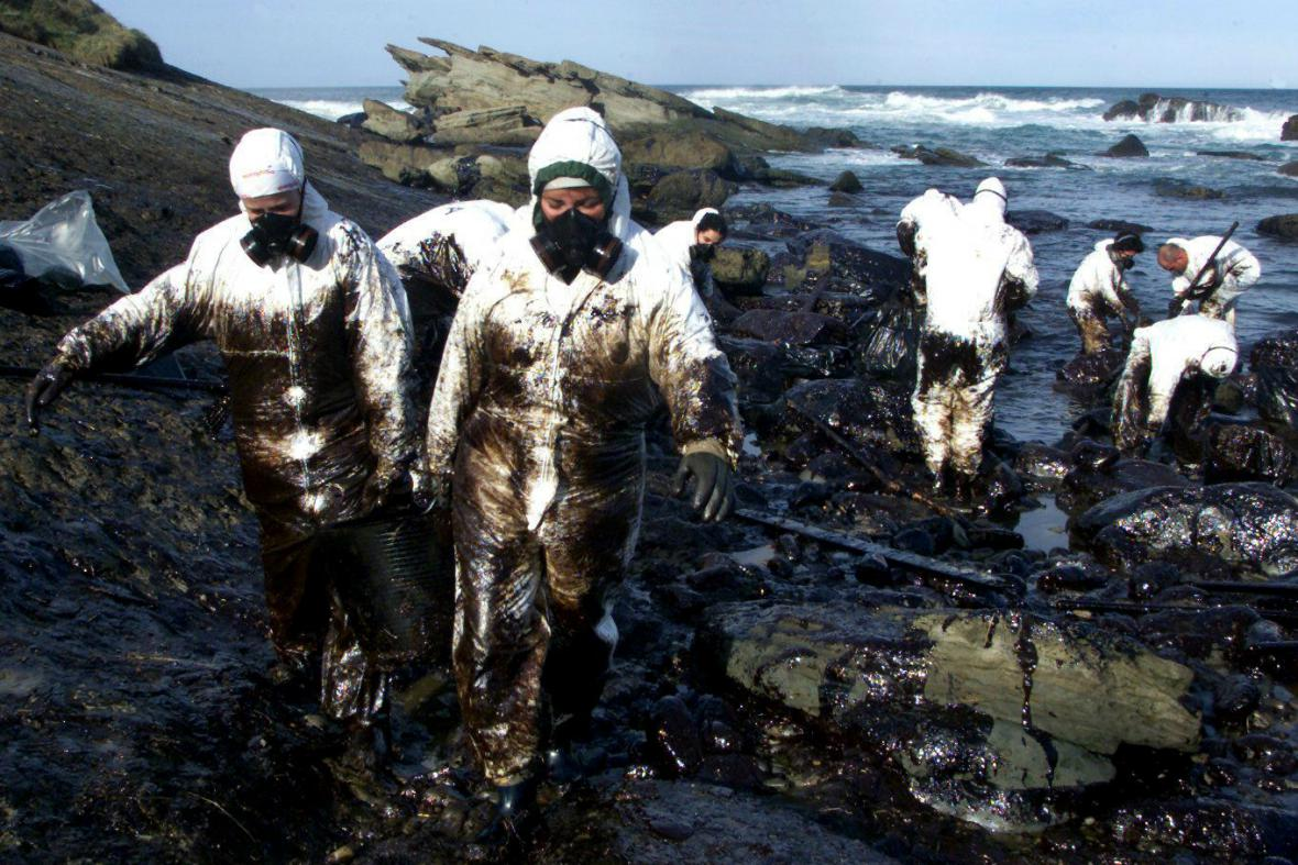 Odklízení následků havárie tankeru Prestige