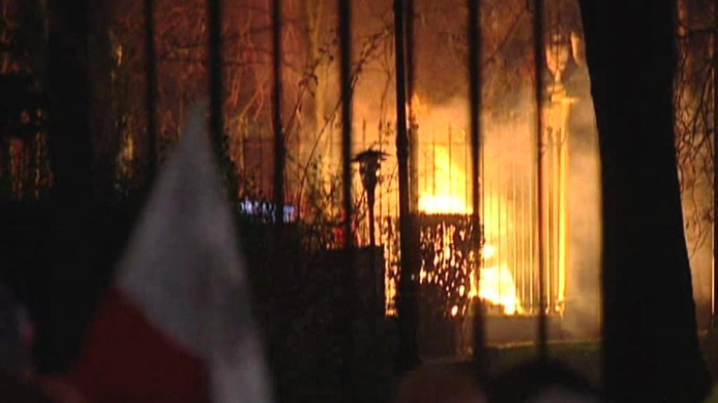 Plameny na ruské ambasádě ve Varšavě