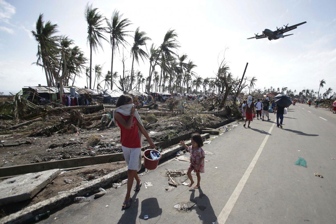 Do Taclobanu přilétá letadlo s humanitární pomocí