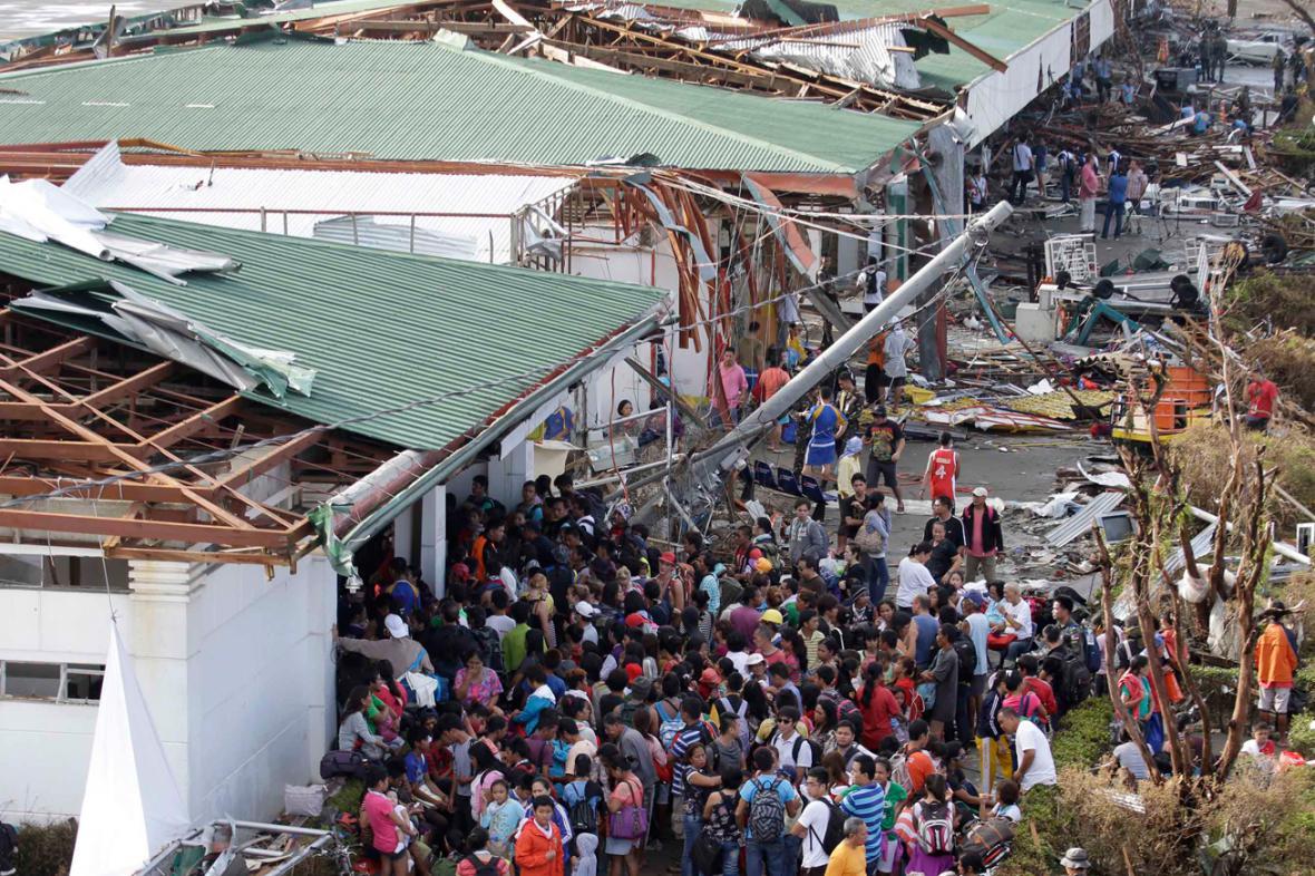 Lidé ve filipínském Taclobanu čekají na pomoc