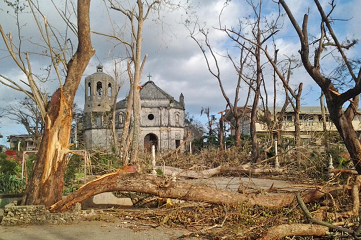 Následky tajfunu Haiyan ve filipínském Daanbantayanu