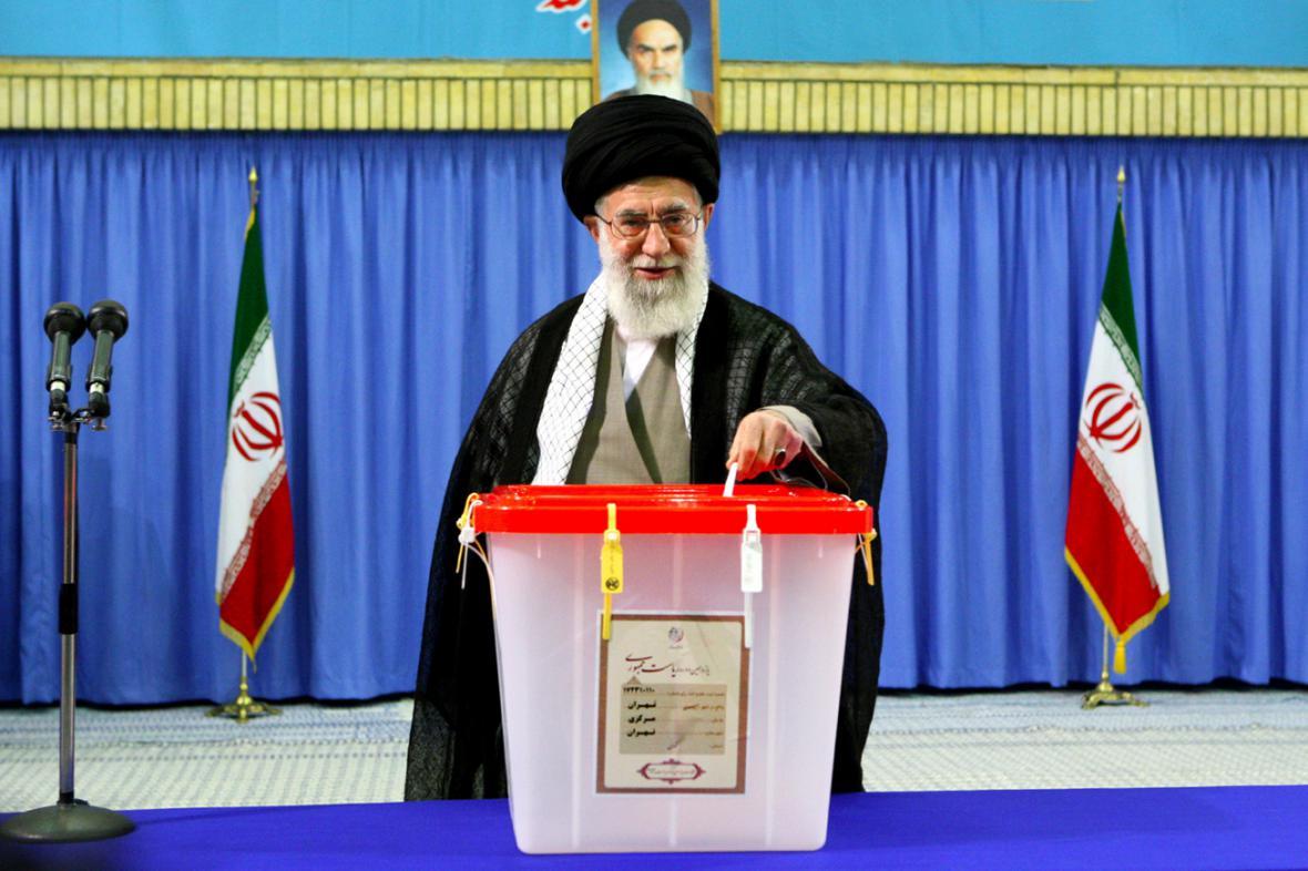 Alí Chameneí u volební urny