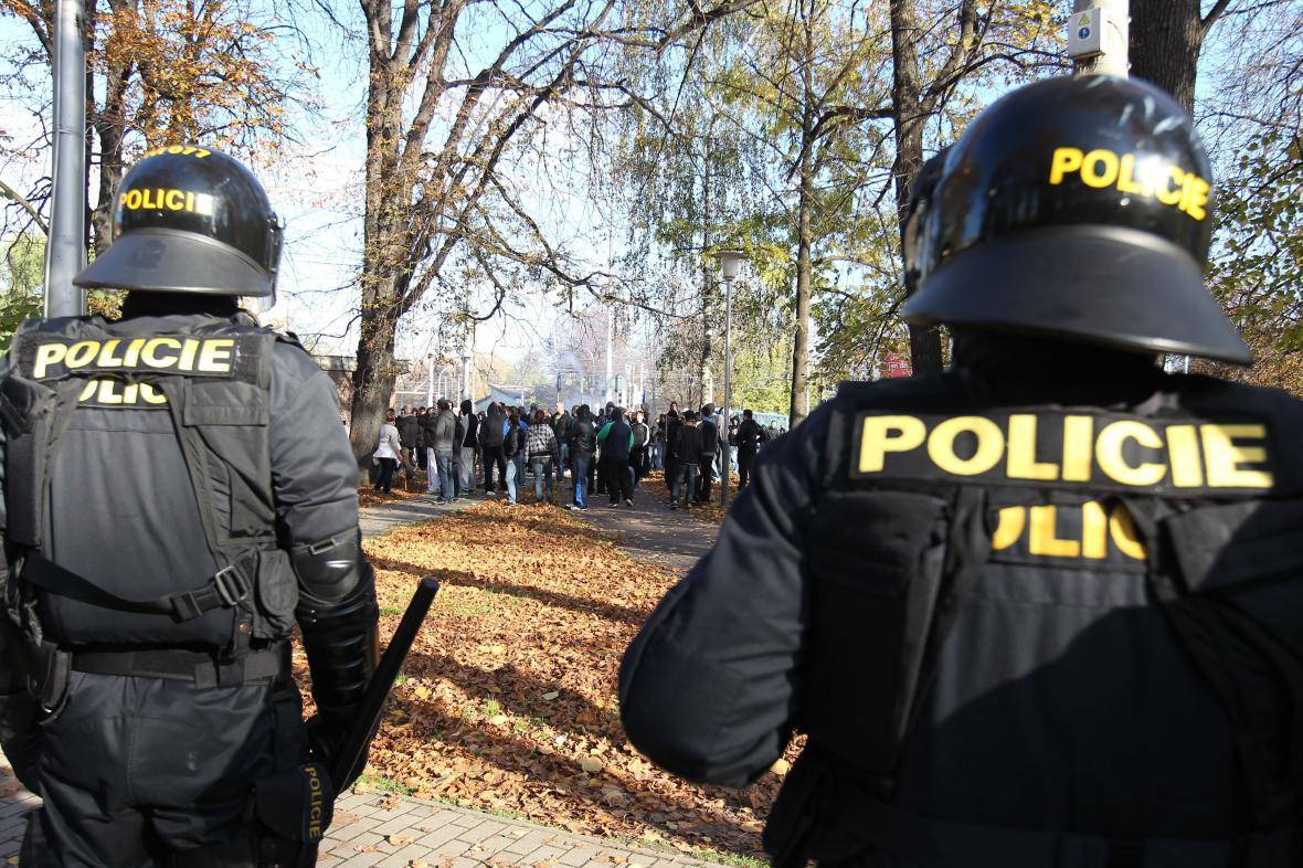 Policisté střeží demonstraci v Ostravě