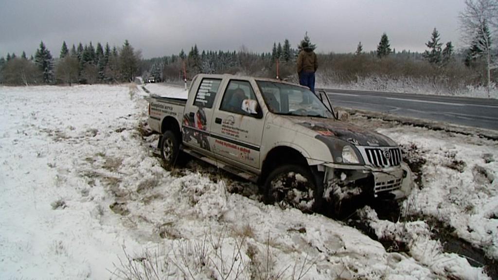 V Krušných horách napadl sníh, s ním přišly i drobné nehody