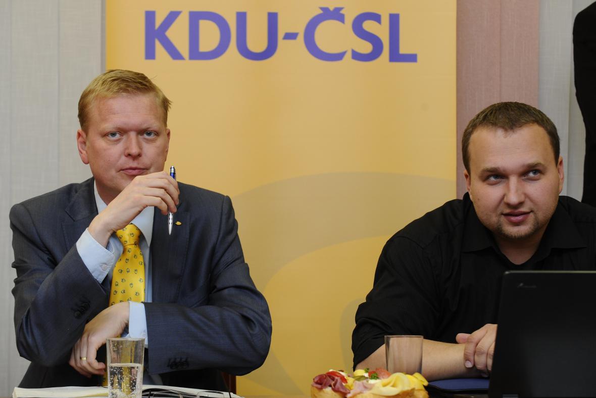 Předseda lidovců Pavel Bělobrádek (vlevo)