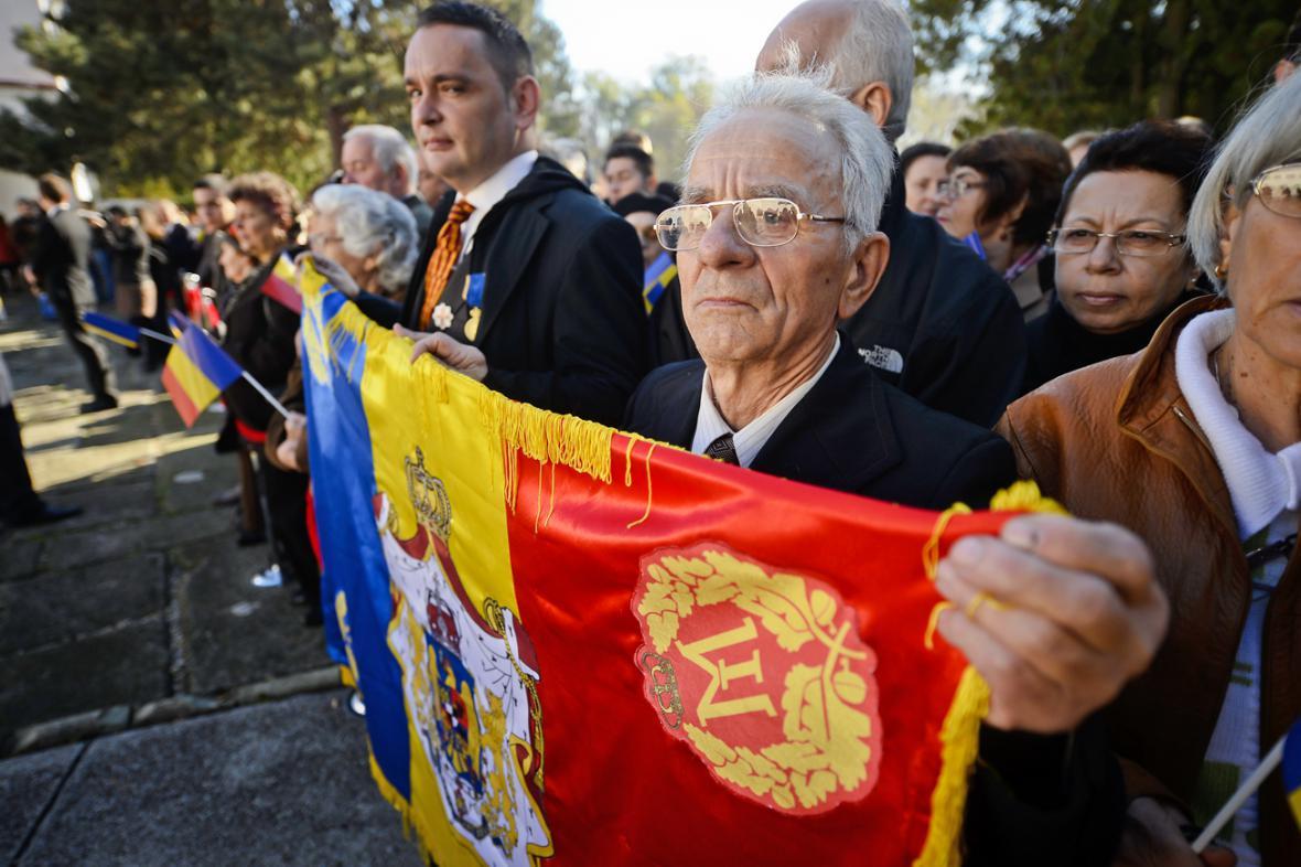 Stovky Rumunů přišly pozdravit 92letého bývalého krále Michala