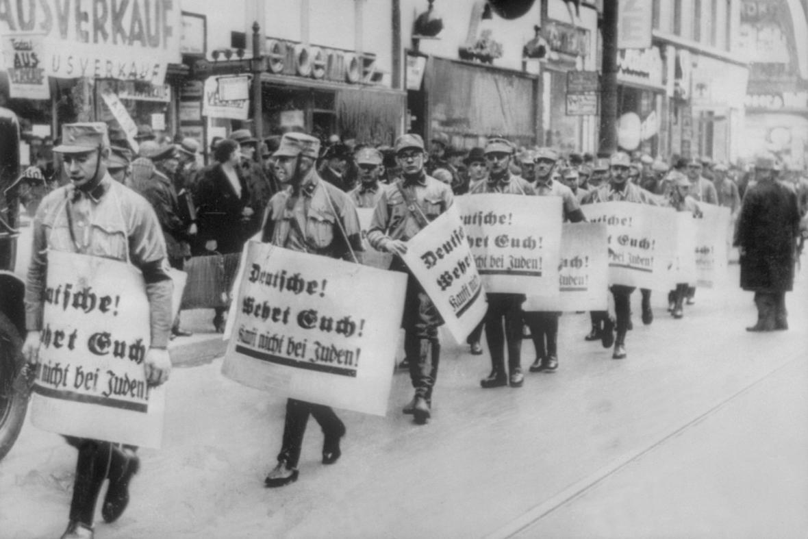 Jednotky SA pochodují Berlínem (Křišťálová noc 1938)