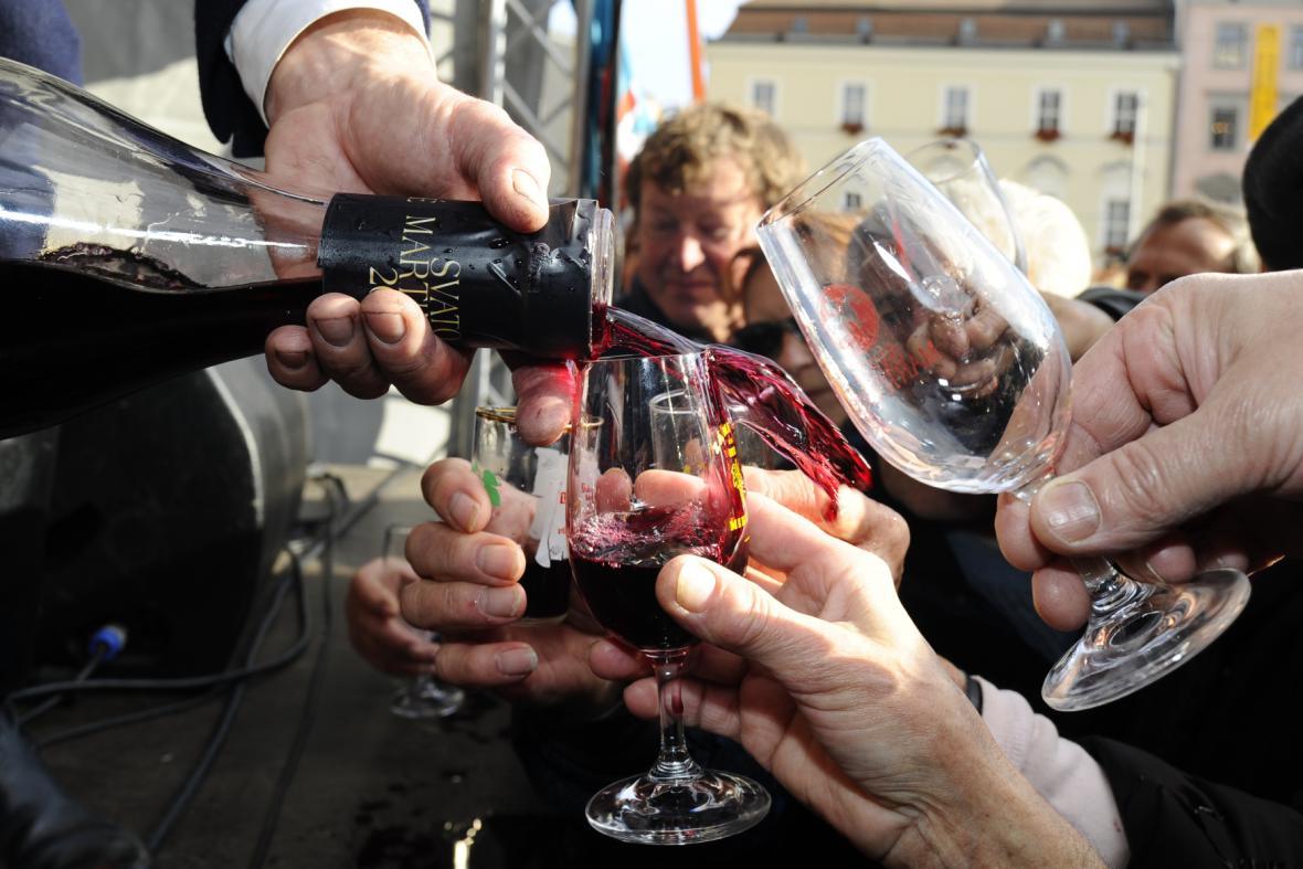 Vinaři na náměstí Svobody rozlili první Svatomartinské víno