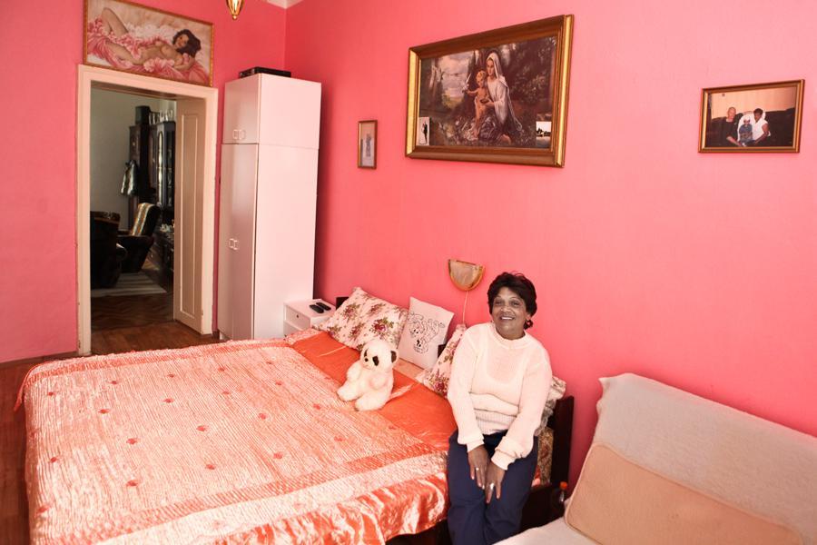 Rekvalifikovaná a zaměstnaná Romka ve svém bytě v Opavě