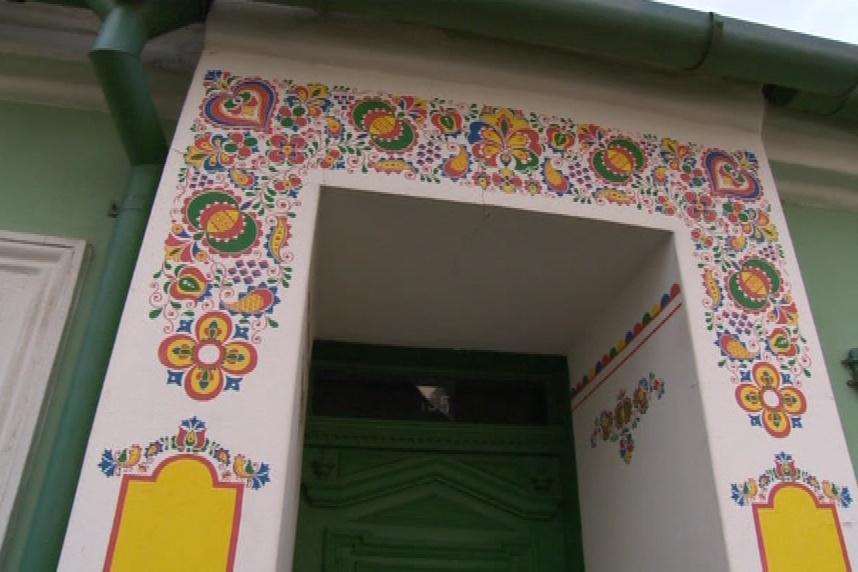Lidové ornamenty zdobí vchody domů