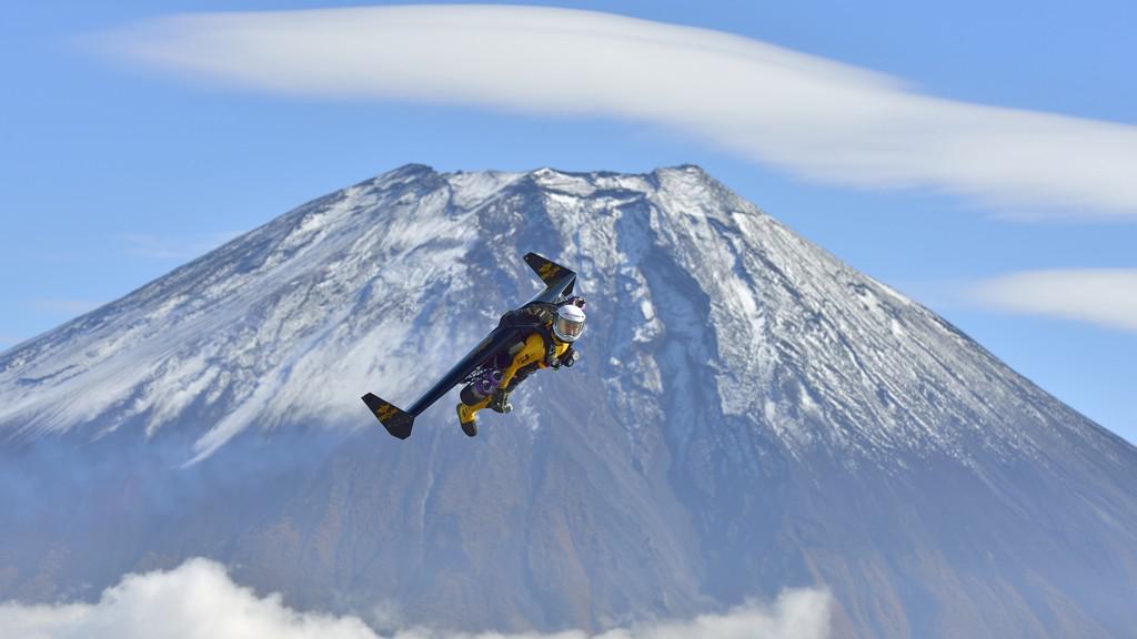 Yves Rossy se vznáší u hory Fuji
