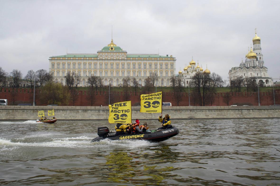 Aktivisté Greenpeace protestují u Kremlu proti zadržení lodi Arctic Sunrise