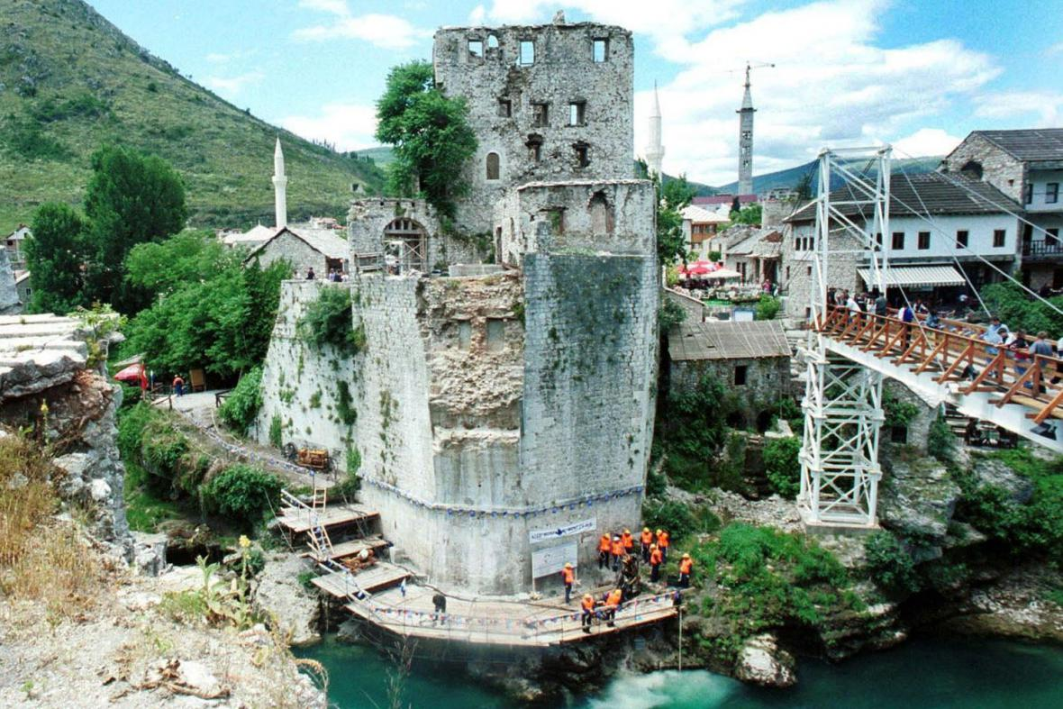 Přípravy na obnovení mostarského mostu
