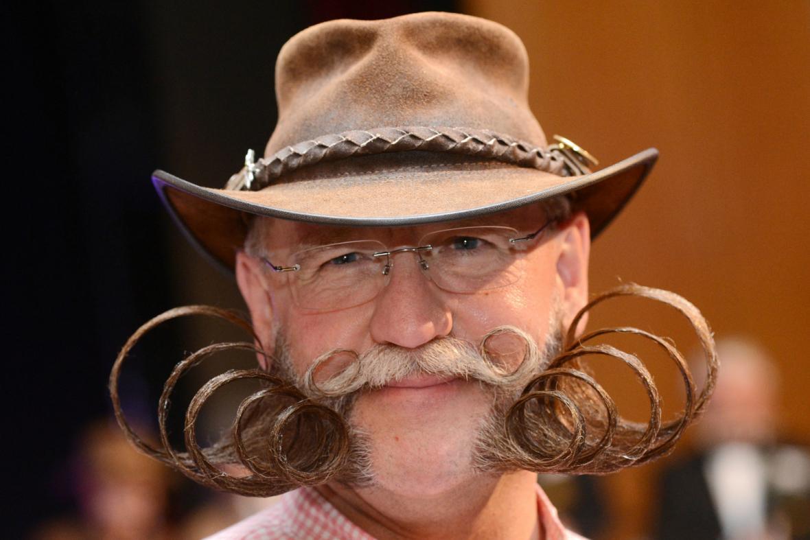 Jeden z domácích účastníků mistrovství světa vousáčů v Německu