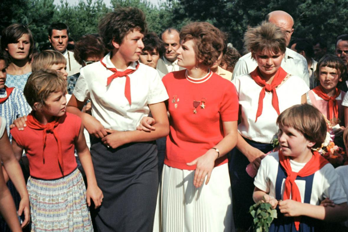 Valentina Těreškovová s pionýry