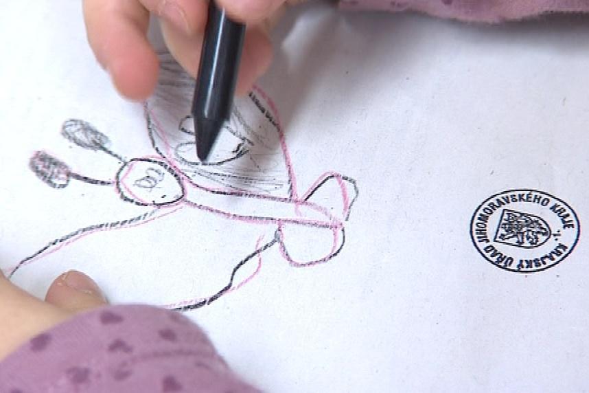 Děti si kreslí na hlasovací lístky