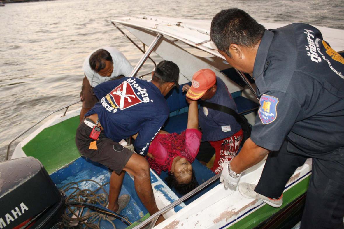 Thajští záchranáři zasahují u potopené lodi