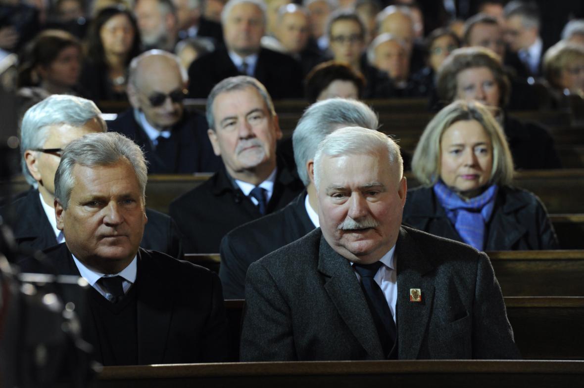 Bývalí polští prezidenti Aleksander Kwasniewski (vlevo) a Lech Walesa na pohřbu Tadeusze Mazowieckého