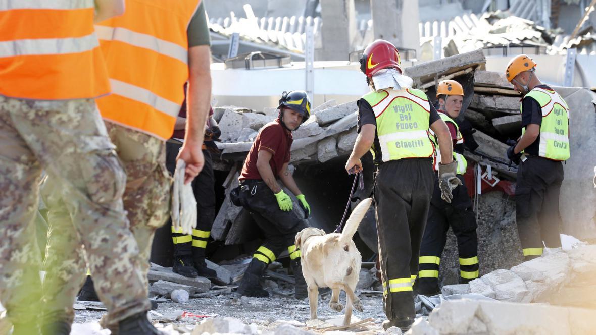 Záchranáři pátrají po přeživších