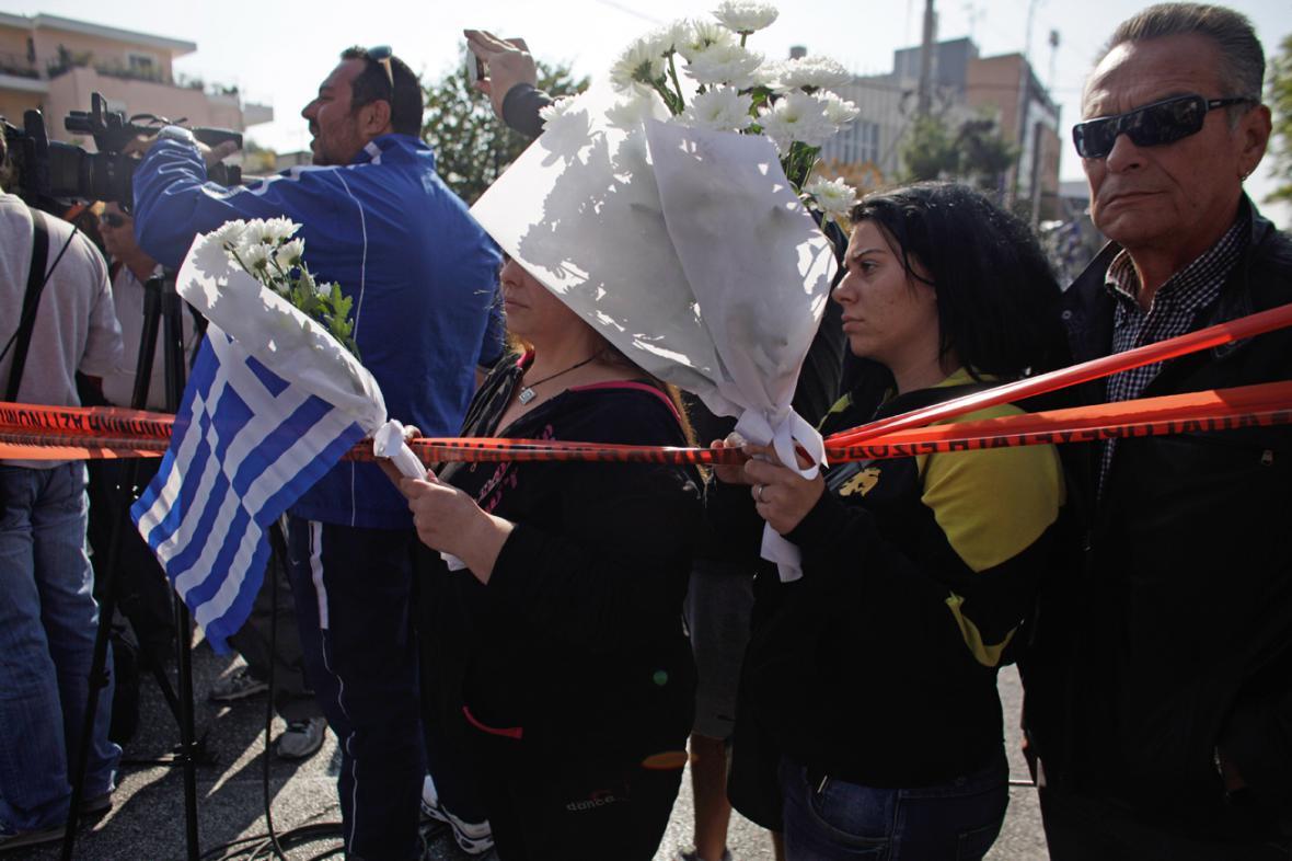 Příznivci Zlatého úsvitu u sídla strany, kde při atentátu zahynuli dva lidé
