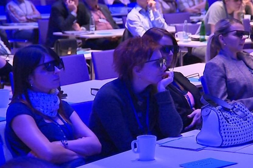 Účastníci kongresu sledovali operaci pomocí 3D brýlí