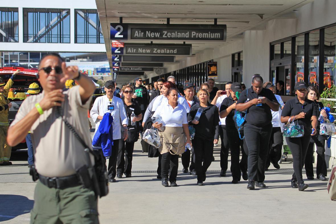 Cestující opouštějí letiště v Los Angeles