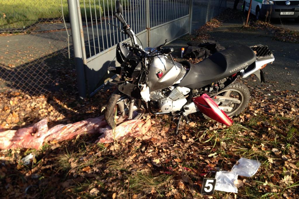 Pod motorkou ležel kus igelitu