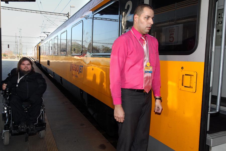 Vozíčkář před vstupem do vlaku RegioJet