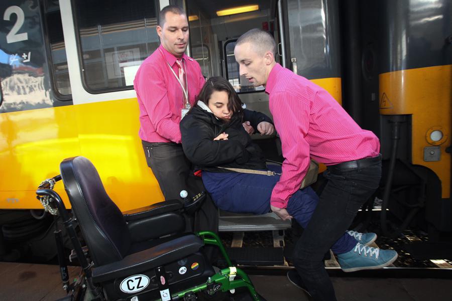 Náklad vozíčkáře do vlaku RegioJet