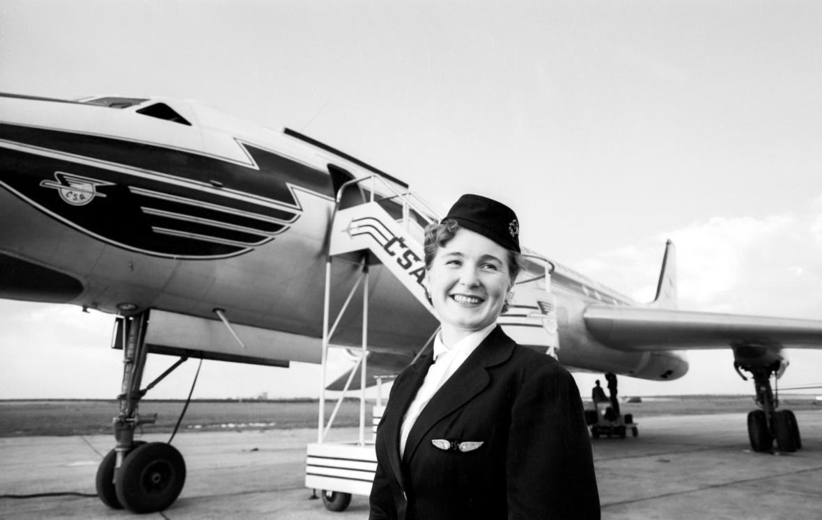Stewardka ČSA Alena Sedláčková na ruzyňském letišti v roce 1958