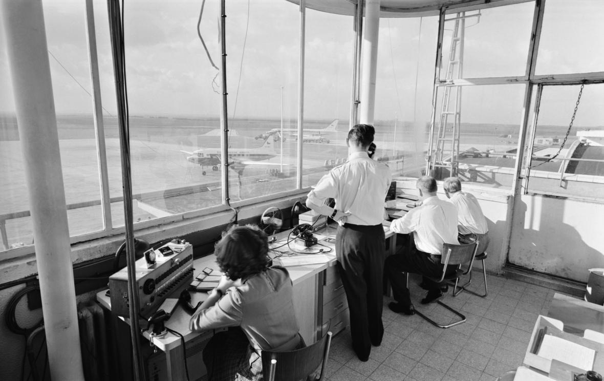 Dispečerská kabina na letišti v Praze-Ruzyni v roce 1958