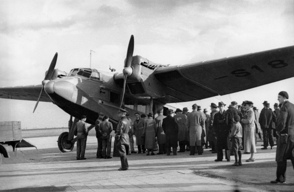 Zástupci ČSA vítají na kbelském letišti v září 1936 první sovětské dopravní letadlo