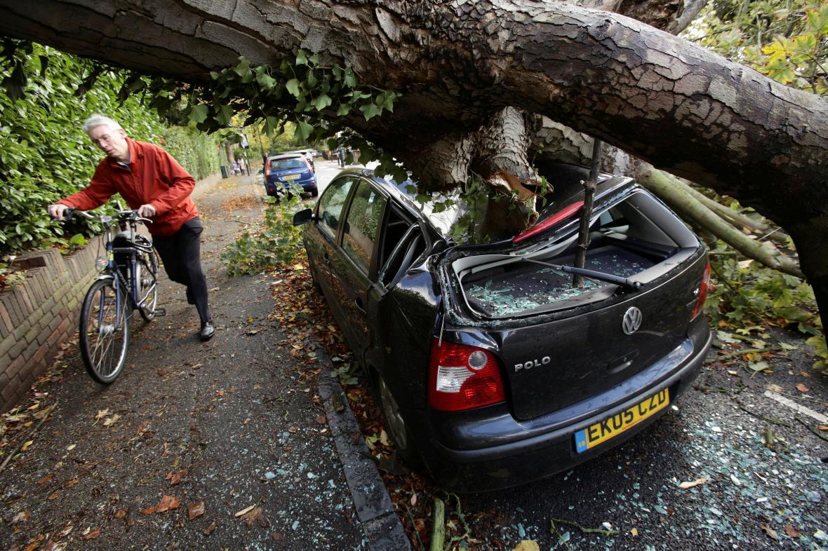 V Británii padají kvůli bouři stromy
